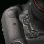 Две пары функциональных кнопок рядом с объективом