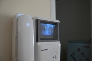 У нас есть видеофон, чтобы не запустить случайно сумасшедшую бабку, о которой предупреждал хозяин офиса :)