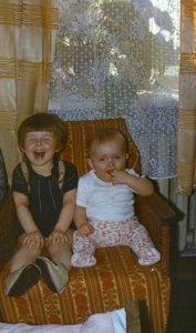 Моя сеструха и я (в деревне, когда-то давно)
